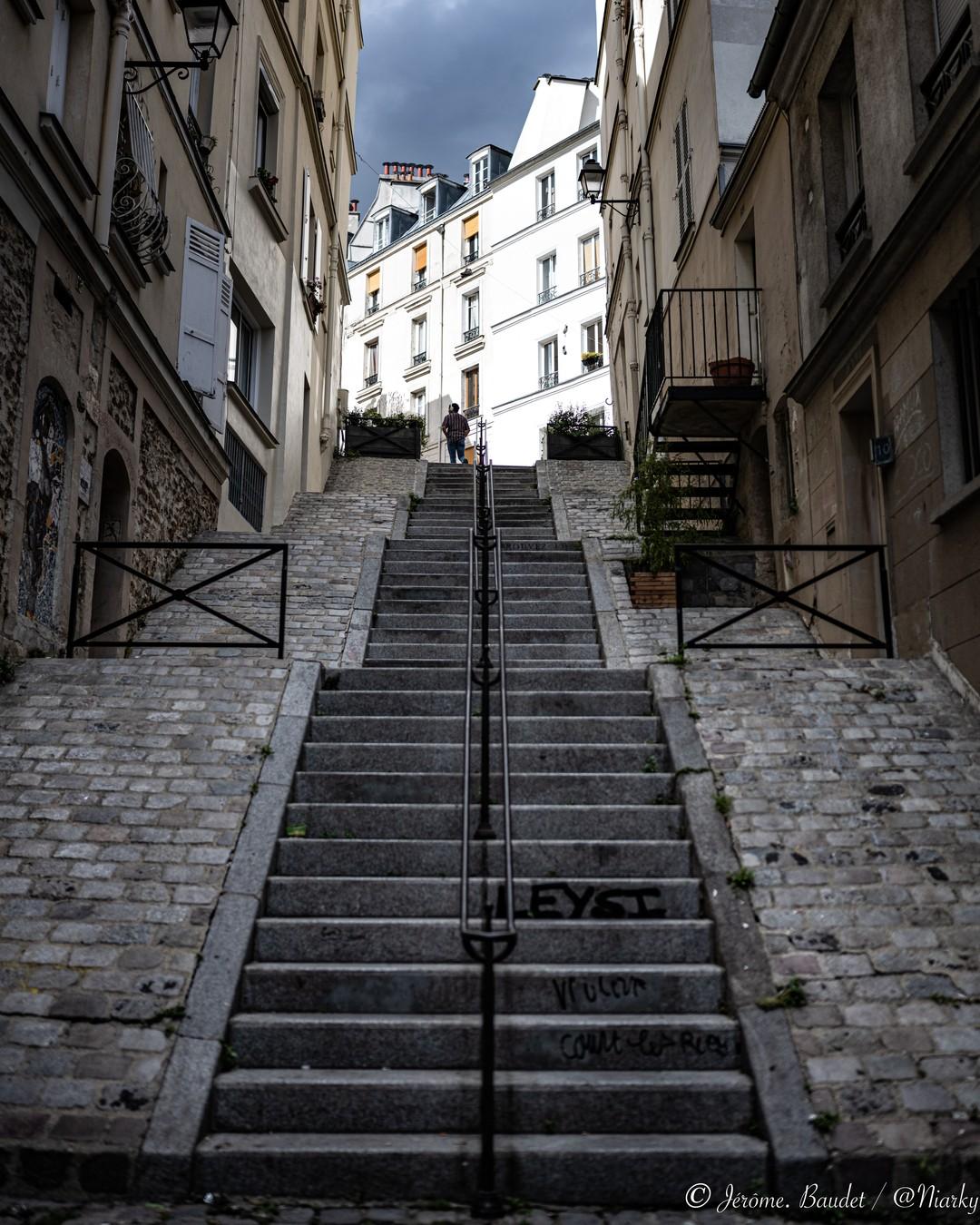 Gravir les mots pour monter les marches, on se retrouve là-haut pour en parler ?----------Let's climb the stairs, we'll meet up there to talk about it?.....#hello_paris, #ig_paris, #iloveparis, #montmartre, #Paris, #paris18, #pariscartepostale, #pariscityvision, #parismaville, #Street, #streetphoto, #streetphotography, #topparisphoto, #paris_focus_on - from Instagram