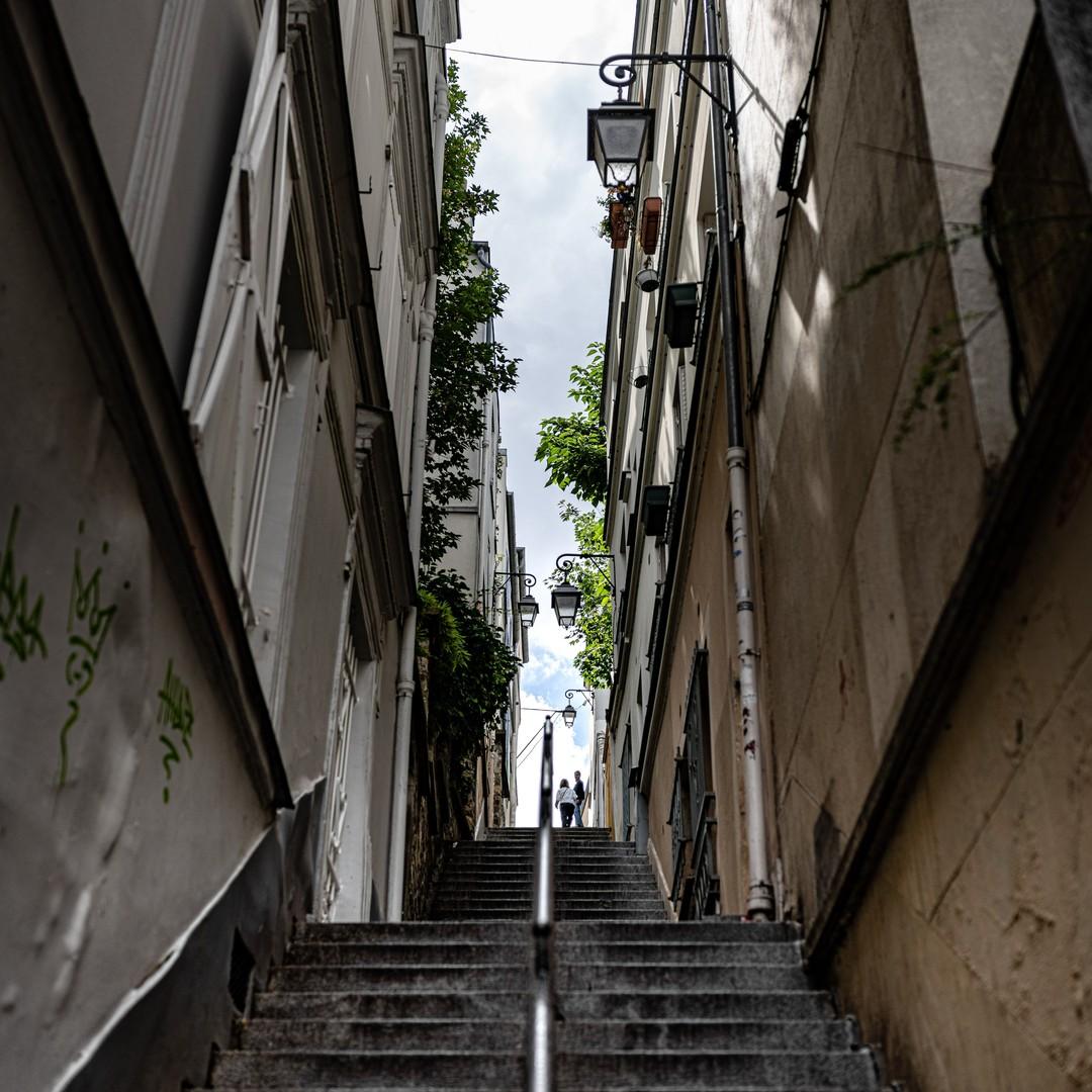 Continuer de monter, encore, on est à Montmartre quand même. Les passages sont étroits mais il faut les découvrir et se laisser porter par le souffle court des marches que l'on doit gravir.----------Keep going up, again, we're in Montmartre anyway. The passages are narrow but you have to discover them and let yourself be carried away by the short breath of the steps you have to climb......#hello_france, #hello_paris, #iloveparis, #montmartre, #Paris, #paris_focus_on, #paris18, #pariscartepostale, #pariscityvision, #parismaville, #Street, #streetphoto, #streetphotography, #topparisphoto, #stairs #nikonz7 - from Instagram