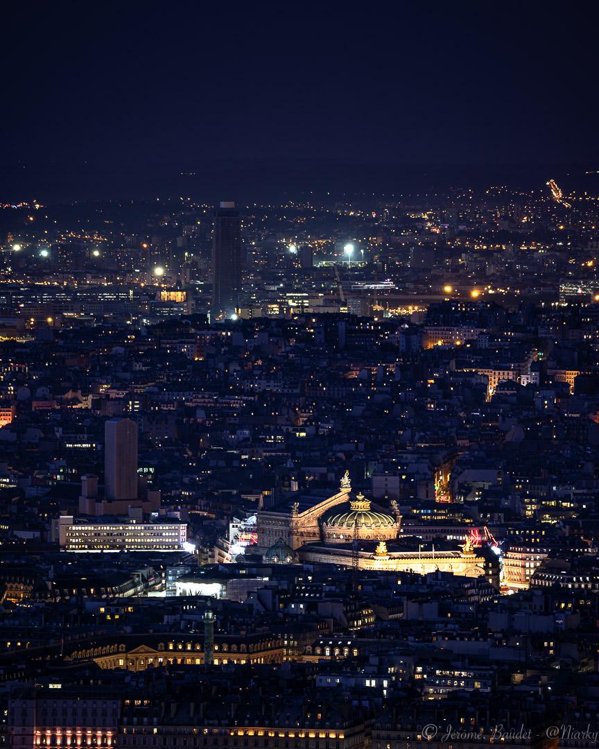 Nuit de Paris, sombre et lumineuse.